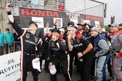 Josef Newgarden, Team Penske Chevrolet, prend un selfie sur le podium