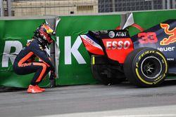 Max Verstappen, Red Bull Racing RB14 crasht