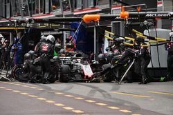 Romain Grosjean, Haas F1 Team VF-18, pit stop