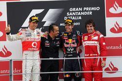 Podyum: 2. Jenson Button, McLaren, Stefano Sordo, Red Bull Racing yarış mühendisi, yarış galibi Sebastian Vettel, Red Bull Racing, 3. Fernando Alonso, Ferrari