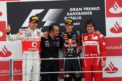 Podium: Jenson Button, McLaren, tweede, Stefano Sordo, Red Bull Racing Race Engineer, Sebastian Vettel, Red Bull Racing; racewinnaar; Fernando Alonso, Ferrari, derde