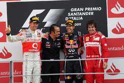 Podium: Jenson Button, McLaren, second, Stefano Sordo, Red Bull Racing Race Engineer, Sebastian Vett