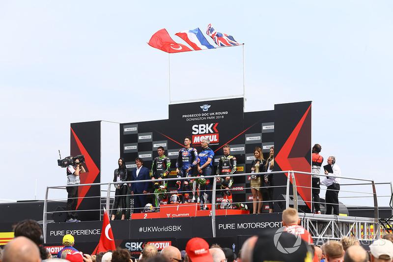 Podio: ganador de la carrera Michael van der Mark, Pata Yamaha, segundo lugar Toprak Razgatlioglu, Kawasaki Puccetti Racing, tercer lugar Jonathan Rea, Kawasaki Racing