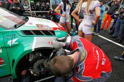Mécaniciens travaillant sur la voiture de Mehdi Bennani, Sébastien Loeb Racing, Citroën C-Elysée WTCC