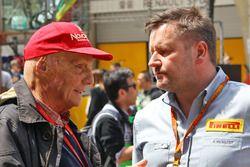 Niki Lauda, Président Non-Exécutif de Mercedes avec Paul Hembery, Directeur de la Compétition de Pirelli sur la grille