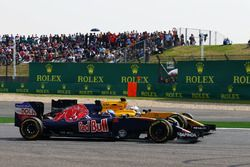 Max Verstappen, Scuderia Toro Rosso STR11 and Kevin Magnussen, Renault Sport F1 Team RS16 battle for
