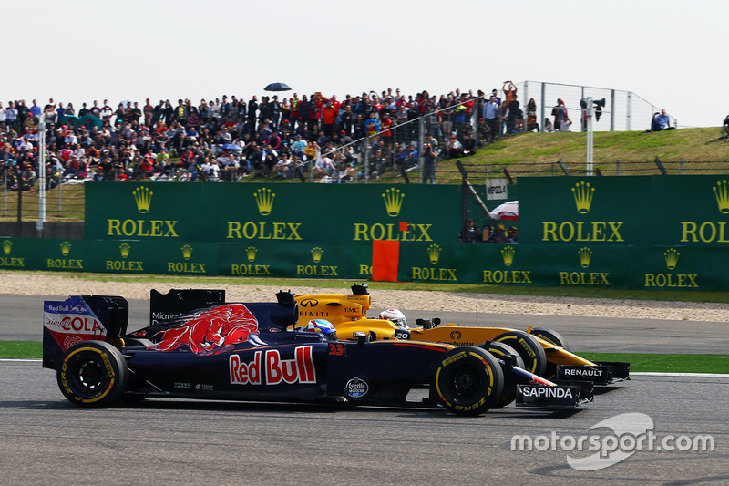 Max Verstappen, Scuderia Toro Rosso STR11 and Kevin Magnussen, Renault Sport F1 Team RS16 battle for position