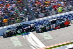 Kurt Busch, Stewart-Haas Racing Chevrolet, et Carl Edwards, Joe Gibbs Racing Toyota