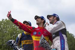 Podio: selfie ganador Lucas di Grassi, ABT Schaeffler Audi Sport, segundo lugar Jean Eric Vergne, DS