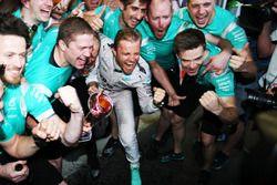 Ganador de la carrera Nico Rosberg, Mercedes AMG F1 celebra con el equipo