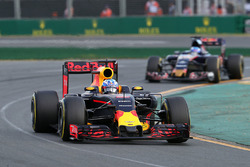 Daniel Ricciardo, Red Bull Racing RB12 et Max Verstappen, Scuderia Toro Rosso STR11