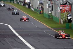 Sebastian Vettel, Ferrari SF16-H líder al inicio de la carrera