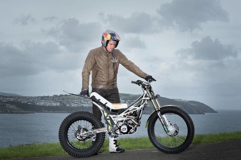 Dougie Lampkin recorre la Isla de Man sobre una rueda