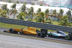 Kevin Magnussen, Renault Sport F1 Team RS16 con un ala rota frente al inicio de la carrera y Nico Ro