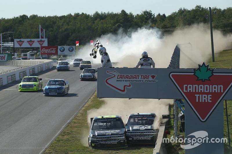 7. El final de la carrera, donde John Hunter Nemechek, NEMCO Motorsports Chevrolet y Cole Custer, JR Motorsports Chevrolet colisionaron