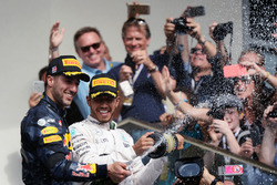 Het podium (L naar R): Daniel Ricciardo, Red Bull Racing en racewinnaar Lewis Hamilton, Mercedes AMG