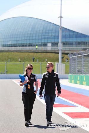 Nikita Mazepin, Sahara Force India F1 Team piloto de desarrollo anda el circuito con Bernadette Coll