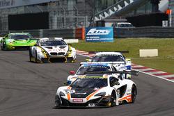#59 Garage 59, McLaren 650S GT3: Martin Plowman, Côme Ledogar