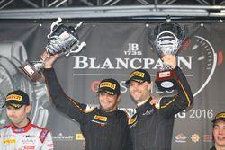 Podium : les vainqueurs #58 Garage 59 McLaren 650S GT3: Rob Bell, Alvaro Parente