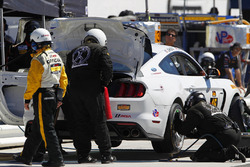 #15 Multimatic Motorsports Ford Shelby GT350R-C: Scott Maxwell, Billy Johnson, pit stop