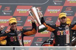Podium: winnaars Will Davison, Jonathon Webb, Tekno Autosports Holden