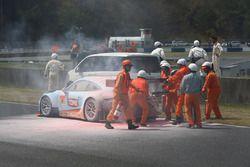 #9 Gulf Racing with Pacific Porsche 911: Ryohei Sakaguchi, Hiroki Yoshida on fire