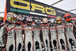 Max Verstappen met zijn teamleden van CRG