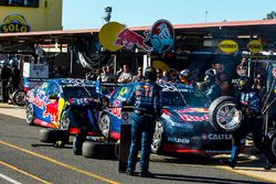 Jamie Whincup, Triple Eight Race Engineering Holden, Shane van Gisbergen, Triple Eight Race Engineering Holden, pit action