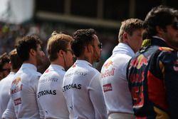 Lewis Hamilton, Mercedes AMG F1 mentre la griglia osserva l'inno nazionale