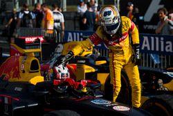 Antonio Giovinazzi, PREMA Racing picchietta Pierre Gasly, PREMA Racing sulla testa