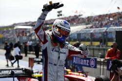 Sergey Sirotkin, ART Grand Prix sort de sa voiture pour fêter sa victoire