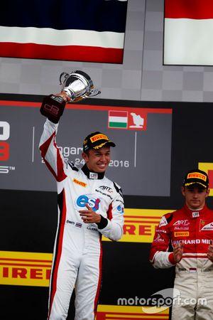 Alexander Albon, ART Grand Prix levanta el trofeo y Charles Leclerc, ART Grand Prix observa