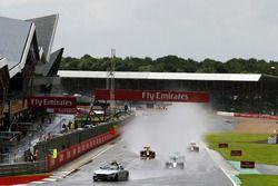 Lewis Hamilton, Mercedes AMG F1 W07 Hybrid lleva detrás del coche de seguridad FIA