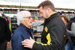 Bernie Ecclestone, con Paul Hembery, Pirelli Motorsport Director de la parrilla