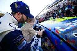 Le vainqueur, Jimmie Johnson, Hendrick Motorsports Chevrolet et sa fille, Lydia
