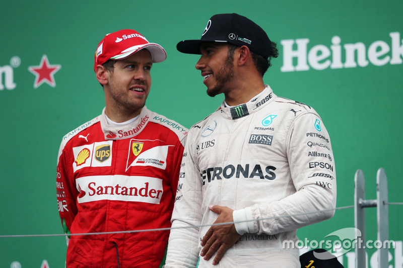 Sebastian Vettel, Ferrari con Lewis Hamilton, Mercedes AMG F1 en el podium