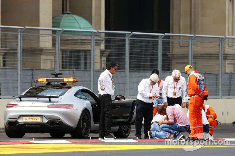 Charlie Whiting, delegado FIA y Herbie Blash, delegado FIA, inspeccionan el circuito después de que la clasificación de GP2 fuera postpuesta