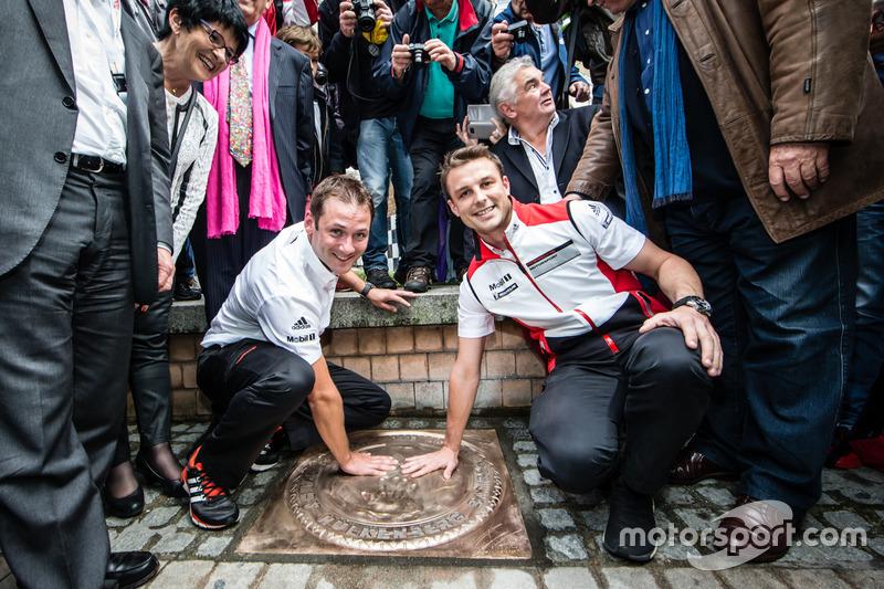 Церемонія відбитку долонь: переможці 24-х годин Ле-Мана 2015 року Нік Тенді та Ерл Бамбер, Porsche Team