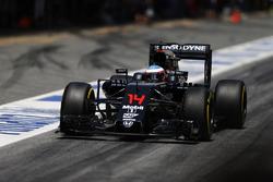 Fernando Alonso, McLaren MP4-31 dans la ligne des stands