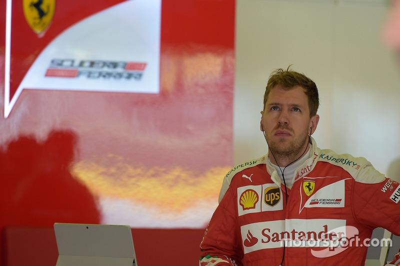 Como se vê pela expressão de Sebastian Vettel, a Ferrari não está muito satisfeita com o resultado da classificação. Kimi Räikkönen foi o quinto e o alemão ficou em sexto.