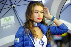 Une charmante gridgirl Yamaha