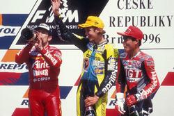 Podio: il vincitore Valentino Rossi, secondo Jorge Martínez, terzo Tomomi Manako