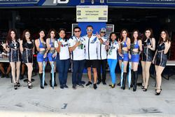 Ratthapong Wilairot and Jakkrit Sawangswat with the team and grid girls