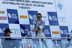 Podio carrera 1: el ganador Mauricio Baiz, Mucke Motorsport, segundo lugar Joao Ricardo Vieira Queiroz, Antonelli Motorsport, y tercer lugar Simone Cunati, Vincenzo Sospiri Racing