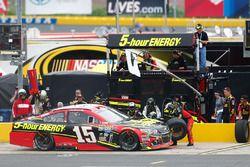 Clint Bowyer, HScott Motorsports Chevrolet pit action