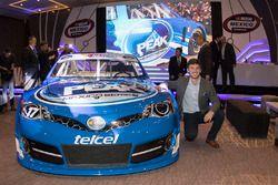 Daniel Suárez piloto de Nascar y el coche de NASCAR Peak México Series