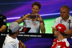 Romain Grosjean, Haas F1 Team photographie Lewis Hamilton, Mercedes AMG F1 et Sebastian Vettel, Ferrari lors de la conférence de presse de la FIA