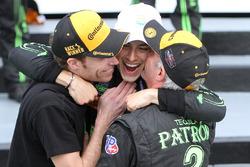 Победитель гонки - Пипо Дерани, ESM Racing празднует с Эдом Брауном