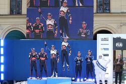 Le podium: Sébastien Ogier, Julien Ingrassia, Volkswagen Motorsport (vainqueurs), Hayden Paddon, John Kennard, Hyundai Motorsport (2e), Mads Østberg, Ola Fløene, M-Sport Ford (3e)