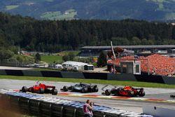 Lewis Hamilton, Mercedes-AMG F1 en Kimi Raikkonen, Ferrari SF71H in gevecht in de eerste ronde